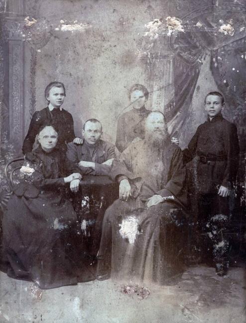 Священномученик-Владимир-Четверин-в-кругу-своей-семьи[1]